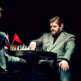 Stig Rossen har hovedrollen som den russiske skakmester Anatoly, når »Chess« for første gang får premiere på dansk fredag aften