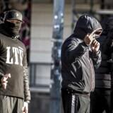 BMINTERN - Medlemmer af gruppen Loyal To Familia (LTF) er mødt op foran Københavns Byret på Nytorv, hvor der i dag, mandag den 9. oktober, forventes dom i sagen mod LTF-lederen Shuaib Khan, hvor den 30-årige pakistaner, der står i spidsen for grupperingen Loyal To Familia (LTF), er tiltalt for trusler mod en betjent.
