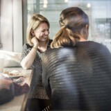 I Lagkagehuset i Vallensbæk drikker Katrine Mørk (tv.) formiddagskaffe med sin veninde Christina Vejle-Hansen. Katrine Mørk flyttede til byen for tre år siden og overvejer nu at stemme på de Konservative ved kommunalvalget. Det kunne hun aldrig finde på at gøre ved et folketingsvalg, men hun er godt tilfreds med den konservative borgmester.