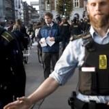Rasmus Paludan fra Stram Kurs deler pjecer ud på Runddelen på Nørrebro. Politiet må holde utilfredse borgere på afstand.