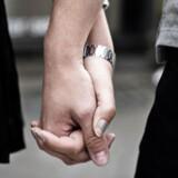 Genrebilleder om tosomhed, hånd i hånd og par fotograferet på Strøget i København fredag den 26. juni 2015.
