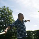 Illustration af artiklens forfatter nanosekunder inden han smadrer bolden mod stratosfæren.