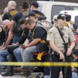 En McLennan politiassistent står vagt nær grupper af rickere ved Twin Peaks-restauranten søndag d. 17. maj.