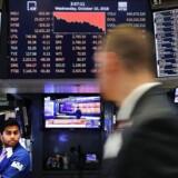 Der er krisestemning på de amerikanske aktiemarkeder med kursfald. Blandt andet fordi den amerikanske forbundsbank, Federal Reserve (Fed), er i gang med at sætte renten op. Det har fået præsident Donald Trump til at kritisere Fed. Men Fed vil fortsætte med at sætte renten op, fremhæver økonomer.