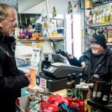 Kim Madsen er i et jobafklaringsforløb i en lille købmandsbutik. Formålet er at finde ud af, hvor meget Kim Madsen kan holde til at arbejde og i hvilken type job. Hans forløb er snart slut, og han håber på at få tildelt et fleksjob efterfølgende.