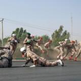 Iranske soldater fra en militærparade søger skjul under et angreb i den iranske by Ahvaz, hvor mindst 26 blev dræbt.