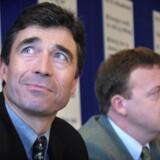 Venstre tidligere formand Anders Fogh Rasmussen (til venstre i billedet) omfavnede velfærdsstaten og vandt valget i 2001. Den nuværende formand Lars Løkke Rasmussen går igen til valg på skattestoppet og en kampagne om, at Venstre har været med til at give et milliard-løft til velfærden. (Foto: JENS NØRGAARD LARSEN/SCANPIX NORDFOTO 2001).