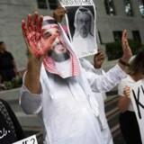 En demonstrant er klædt ud som Saudi-Arabiens kronprins Mohammed bin Salmen foran den saudiske ambassade i USA. De kræver at komme til bunds i sagen om den forsvundne journalist Jamal Khashoggi.