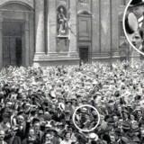 Billedet, som grundlagde nazisternes fødselsmyte – og som på flere leder er løgn. Billedet skulle vise en ung begejstret Hitler til folkemøde forud for Første Verdenskrig, men billedet er Hitler er nok tilføjet siden. Foto: »Hitler's First War« af Thomas Weber