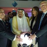 Donald Trump besøgte den saudiarabiske kong Salman (i midten) i den saudiarabiske hovedstad, Riyadh, i maj sidste år. Her poserer de to sammen med den egyptiske præsident el-Sisi under indvielsen af et center for bekæmpelse af ekstremistisk ideologi