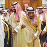Fra hoflivet i Riyadh, Saudi-Arabien. Her ses Jordans kong Abdullah (t.h.) og Kuwaits emir Sabah (t.v.) på hver sin side af Saudi-Arabiens kong Salman bin Abdulaziz. Bag kongen ses den høje kronprins Mohammed.