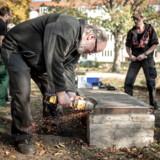 62-årige Jan Mortensen gik ledig i næsten et år, før han kom i aktivering hos SydhavnsCompagniet i København. Han tilbringer fire dage om ugen i virksomhedens beskæftigelsesprojekt og har været i gang i cirka en måned. Jan Mortensen (th.) er glarmester og håber på at få arbejde inden for Ejendomsservice. Fra 1. april 2017 til 31. marts 2018 lykkedes det SydhavnsCompagniet at få én ud af 71 borgere i beskæftigelse. Men beskæftigelse er ikke det eneste parameter, der skal måles på, mener virksomheden, der modtager økonomisk støtte fra Københavns Kommune.