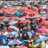 Bathers crowd at the Baltic Sea beach of Timmendorfer Strand, northern Germany, on July 24, 2018. / AFP PHOTO / dpa / Markus Scholz / Germany OUT
