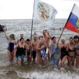 Medlemmer af Krim-halvøens vinterbadeklub poserer på stranden i 2015. Nu har den russisk-støttede regering i landet lagt en plan for, hvordan de skal få nye internationale turister til det sanktionsramte land.