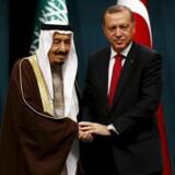 Tyrkiets præsident, Recep Tayyip Erdogan giver hånd til Saudi-Arabiens kong Salman til en officiel ceremoni i 2016. De to lande er havnet i en diplomatisk krise som følge af drabet på Jamal Khashoggi, og nu venter alle med spænding på, om Erdogan vil anklage kronprins Mohammed bin Salman for at stå bag mordet.
