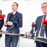 Socialdemokratiets sundhedsordfører, Flemming Møller Mortensen, langer hårdt ud efter regeringens ambitionsniveau, når det kommer til at nedbringe unges tobaksforbrug. Men Socialdemokratiet bliver selv kritiseret for ikke at erklære sig klar til at hæve cigaretpriserne. Her ses Flemming Møller Mortensen sammen med ældreordfører Astrid Krag (S) og partiformand Mette Frederiksen (S) under præsentationen af Socialdemokratiets sundhedsudspil den 12. oktober 2018.