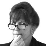 »Blandt de seneste spørgsmål var: »Hvad er forskellen mellem en forfatter og en skribent?« Ikke uinteressant af et dumt spørgsmål at være, og jeg ville i princippet gerne besvare det, men: Syndfloden af tidligere spørgsmål har dryppet for meget pest i mine i forvejen velvoksne heksevorter,« skriver Susanne Staun.