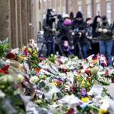 I tiden efter angrebet dækkede et tæppe af blomster området foran Krudttønden og fortovet ved synagogen i Krystalgade, som ses på billedet. Ved de to terroraktioner måtte henholdsvis Finn Nørgaard og Dan Uzan lade livet efter deres møde med 22-årige Omar El-Hussein.