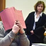 Den tyske sygeplejerske Niels Högel ses her under et retsmøde tilbage i 2015 gemt bag en mappe.