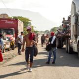 Med bjergene i baggrunden vandrer en gruppe af mellemamerikanske migranter i det sydlige Mexico. De er en del af den karavane, der prøver at nå til USA, og som nu er blevet en del af den amerikanske valgkamp.