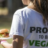 Hendes T-shirt fortæller én del af historien – »Stolt af at være veganer« – og hendes burger fortæller en anden. Burgeren er baseret på plantebaseret køderstatning, som er et marked, der inden 2021 ventes at vokse globalt til 40 milliarder kroner.