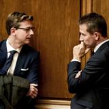 Finansminister Kristian Jensen, der her ses med skatteminister Karsten Lauritzen, siger ganske vist, at der ikke skal skæres i skattevæsenet, men de kommende års budgetter for de respektive styrelsers årsværk taler et andet sprog.