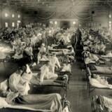 En del peger på, at Den spanske syge havde sit udspring blandt amerikanske soldater, og at den blev overført fra fugle til mennesker. Her syge soldater på Camp Funston-kasernen i Kansas i 1918.