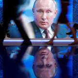 Hvis vi overtager den russiske propagandas logik, vil vi ødelægge vores mulighed for at føre en rationel samtale. Her ses den russiske præsident, Vladimir Putin, på en storskærm under International Economic Forum (SPIEF) i Sankt Petersborg i maj. Foto: Ritzau / Scanpix / Reuters / Sergei Karpukhin