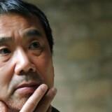 »Side for side rykker det uforklarligt tilstedeværende tættere og tættere ind på læseren, og Murakami har et sikkert greb om effekterne,« skriver Berlingskes anmelder.