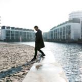 Forstad i København. Vil bymennesket ikke tage til stranden, tager de stranden med til byen. Her lektor Mikkel Thelle i Havnevigen på det sydlige Bryggen.