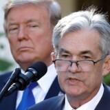 Donald Trump mener, at den amerikanske centralbank, Federal Reserve, »er vanvittig«, fordi den hæver renten for meget. Her står han bag ved formanden for centralbanken, Jerome Powell, som har lagt op til fortsatte rentestigninger.