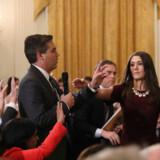 CNN's korrespondent i Det Hvide Hus Jim Acosta (tv.) fik onsdag inddraget sin akkreditering efter en konfrontation med Præsident Donald Trump under et pressemøde.