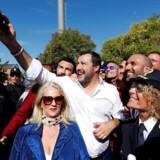 Matteo Salvini i gang med under et besøg på en politistation at tage en af de mange selfies, der er en vigtig del af hans mediestrategi. Men det går ikke altid som planlagt i de sociale medier.