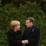 Ved en mindeceremoni for afslutningen på Første Verdenskrig gav den tyske kansler, Angela Merkel, og Frankrigs præsident, Emmauel Macron, hinanden hånden efter offentliggørelsen af en mindeplade. søndag den 11. november 2018.. (Foto: PHILIPPE WOJAZER/Ritzau Scanpix)