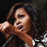 Da Michelle og Barack Obama i 2017 meddelte, at de havde hver deres selvbiografi på vej, begyndte man at gisne om, hvilket indblik de ville give os i deres politiske og private liv. Forventningerne har været høje, og bøgernes popularitet læner sig op ad den opmærksomhed, tidligere biografier fra førstedamer og -mænd har fået. Det er altid godt stof uanset politisk ståsted og plejer at ende på toppen af bestsellerlisterne.