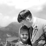 Adolf Hitler fotograferet sammen med Rosa, der havde jødiske rødder. Fotografiet blev i flere år brugt som propaganda over for den tyske befolkning, og Rosa og Hitler opretholdt et venskab, selv om Hitler vidste, at hun havde jødiske rødder –eller for at være præcis: at hendes bedstemor var jøde. Men det var nok til at blive defineret som jøde efter tyske racelove og i sidste ende at havne i en dødslejr.