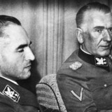 Werner Best (tv) var nazistisk leder i Danmark under besættelsen. Han slap ud af dansk fængsel allerede i 1951. Til højre ses Günther Pancke, der ledede SS og politiet i Danmark og stod for brutal terror og deportationer. Alligevel slap Pancke allerede ud af fængslet i 1953. En ny bog afslører, at deres milde behandling var symptomatisk for retsopgøret efter krigen, og at forsvindende få tyske naziforbrydere blev dømt.Scanpix