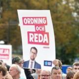 Sverigedemokraterna splitter Sverige i to dele. Få partier vil samarbejde med dem, og det skaber en større regeringskrise i nabolandet.