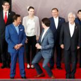 Et muntert øjeblik på APEC-topmødet trods alt. Canadas premierminister, Justin Trudeau, laver sjov med sin højde over for sin newzealandske kollega, Jacinda Ardern, under en fotografering.
