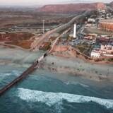 Hertil og ikke længere. Grænsen mellem USA (t.v.) og Mexico ved stadionet Benito Juarez de Tijuana.