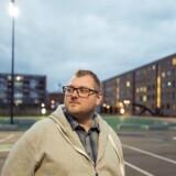 Martin Andersen, beboer i Finlandsparken i Vejle, er frustreret over, at regeringen, Socialdemokratiet, Dansk Folkeparti og SF vil skære i antallet af familieboliger i hans boligområde. Konsekvensen kan blive, at han bliver bedt om at flytte. Kritikken får opbakning fra en række borgmestre.