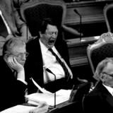 Det er ikke alt - heller ikke i Folketinget, der kan fange medlemmernes opmærksomhed. Her er det de tidligere medlemmer Arne Melchior (tv.), Erhard Jakobsen (mf.) og Gert Petersen. Arkivfoto: Bent K. Rasmussen