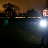 Charlotte de Neergaard har haft indbrud i sit hjem i Charlottenlund gennem kældervindue. Tyven flygtede over togskinnerne, der støder op mod husets baghave.