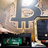 Bitcoin steg sidste år til næsten 20.000 dollar, men der er nu tegn på, at boblen er bristet.