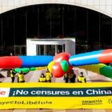 Medlemmer af Amnesty International protesterede tirsdag foran Googles hovedkontor i Madrid i Spanien mod internetgigantens planer om at lave en censureret søgeapp til det kinesiske marked. Foto: Fernando Alvarado, EPA/Scanpix