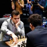 Norske Magnus Carlsen havde fordelen på sin side, da verdensmesterskabet i skak onsdag blev afgjort i bare tre partier hurtigskak. Udfordreren Fabiano Caruana fra USA blev aldrig for alvor en trussel.