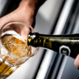 Det er udtryk for dobbeltmoral, at det er tilladt at reklamere for alkohol, mens det er forbudt for tobak. Foto: Mads Claus Rasmussen/Ritzau Scanpix