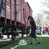 Tusindvis af jøder blev under Anden Verdenskrig kørt i tog til transitlejren Westerbork og senere til den tyske grænse. Næste stop var blandt andet udryddelseslejren Auschwitz. De hollandske statsbaner (NS) modtog betaling fra nazisterne. Nu indvilger statsbanerne i at betale kompensation til de efterladte.