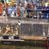 Suste Bonnén's skulptur 'Agnete og Havmanden' bliver sænket ned i kanalen ved Højbro Plads i 1992. Torsdag tittede den atter frem pga. ekstremt lavvande.