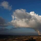 Røg og damp står op fra det store Belchatow kulkraftværk i Polen, som er vært for de afgørende globale FN-klimaforhandlinger, der nu går i gang.